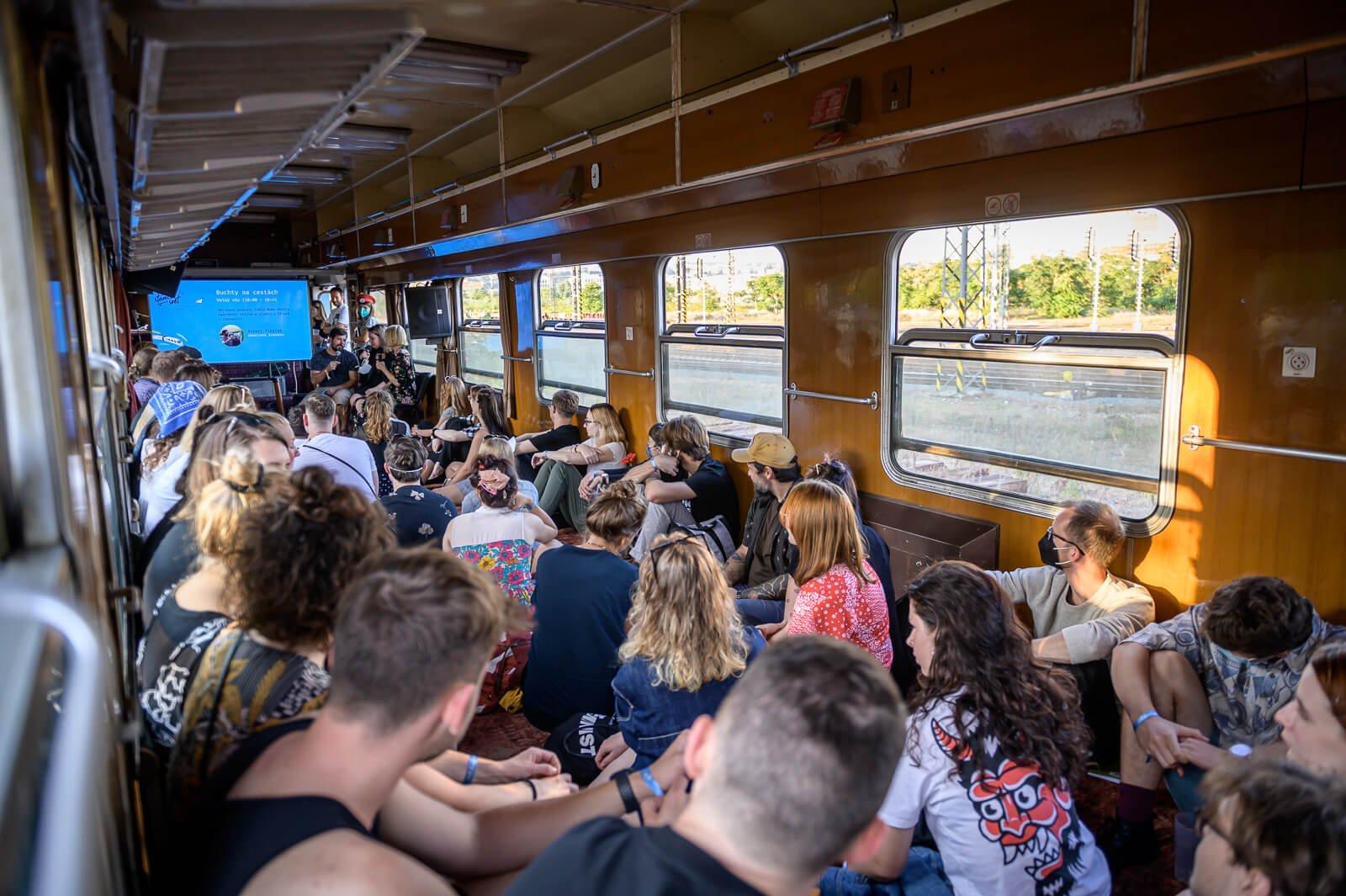 Přednáška ve vlaku.
